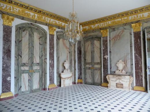 La salle à manger du côté du grand salon et du corridor central