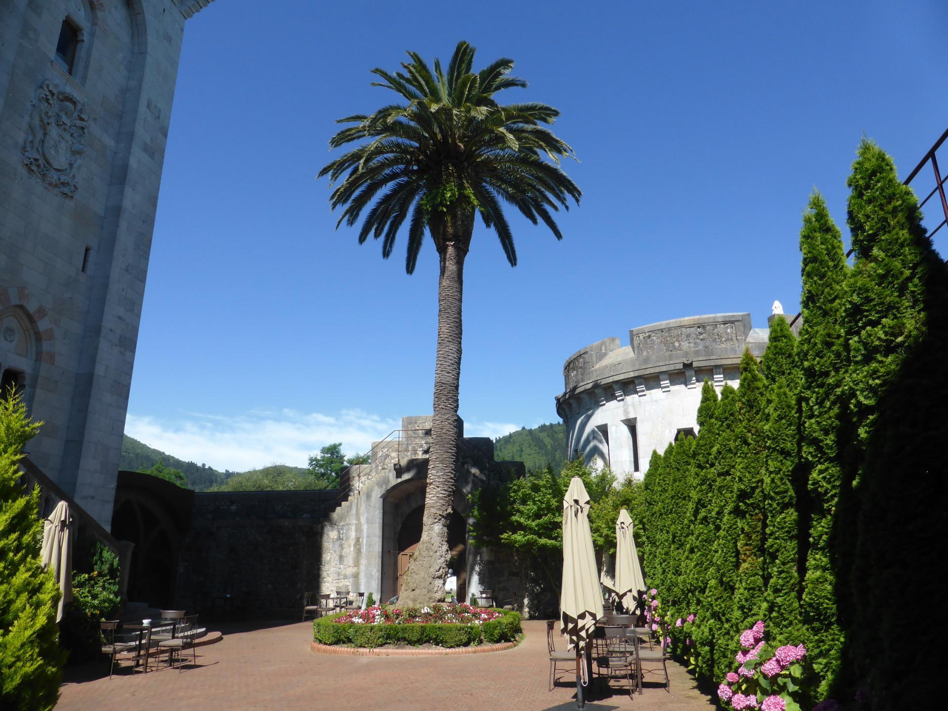 La cour du côté de l'entrée principale (cliché Ph. Cachau)